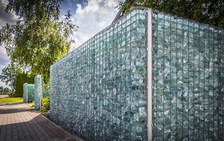 Ограждение из габионов со «стеклянными» камнями
