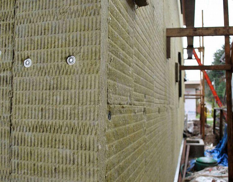 При монтаже материал следует защищать от воздействия осадков