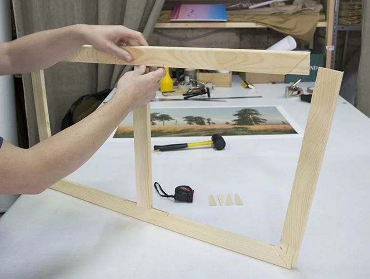 Для соединения вертикальных и горизонтальных реек используем столярные клей и скобы.