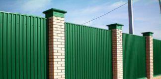 Как сделать забор из профнастила своими руками: варианты ограждений и фотоподборка этапов работ