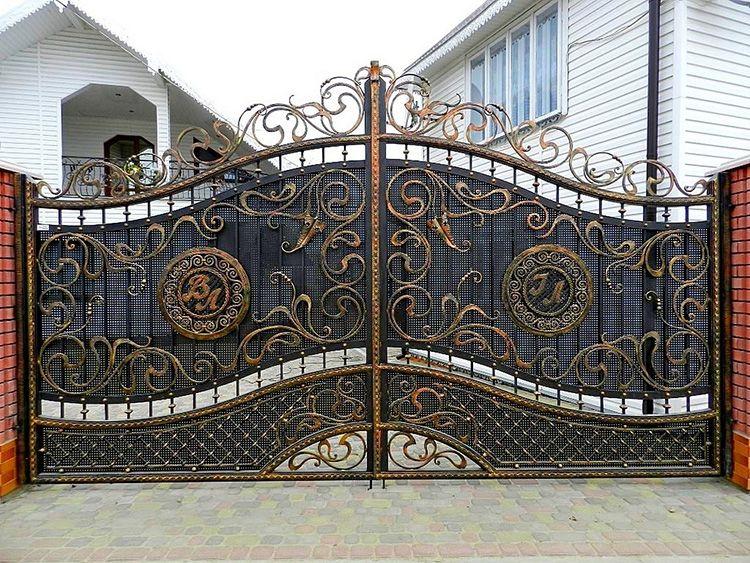 Мой дом – моя крепость! Какую роль в облике дома играют кованые ворота: фото лучших идей