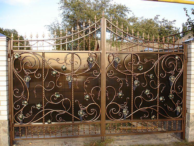 Чаще всего конструкция ворот состоит из мощного каркаса, кованные элементы украшают центральную часть, перекликаясь с элементами остального забора.
