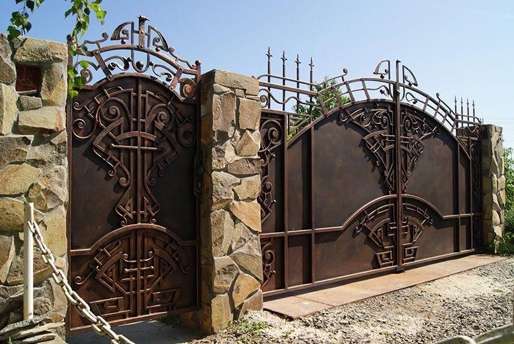 Очень часто ворота сочетаются с калиткой. Такая «пара» выгодно отличается от обычных ворот.