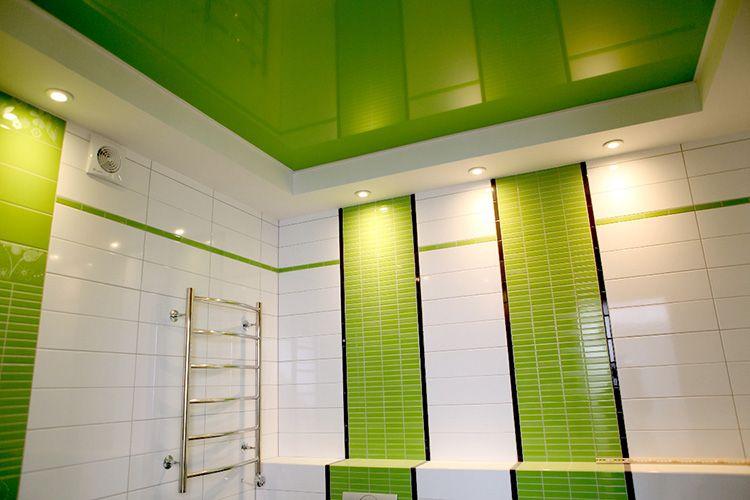 Натяжные потолки делают интерьер ванной комнаты гармоничным
