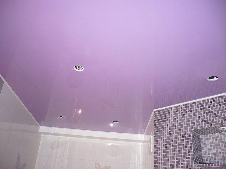 Уникальность в каждом изгибе, или почему и как выбирают натяжные потолки в ванной комнате