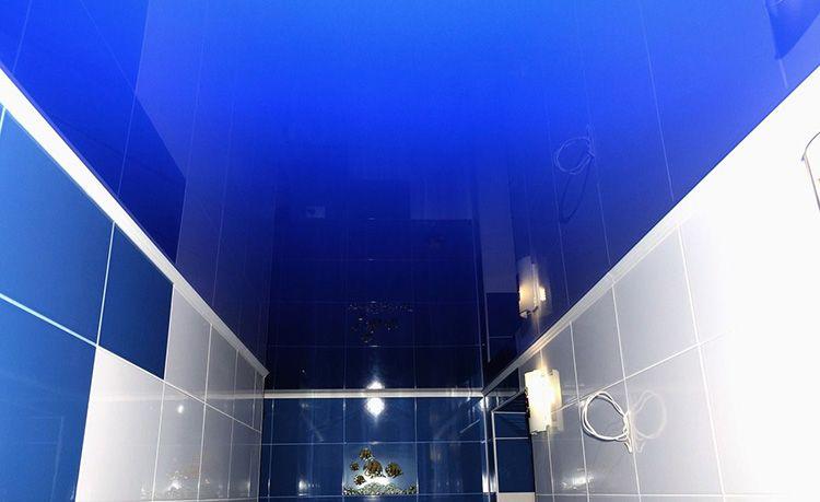 Цвет натяжного потолка можно согласовать с цветом плитки