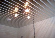 Дешево и сердито: почему ещё так популярна отделка потолка пластиковыми панелями