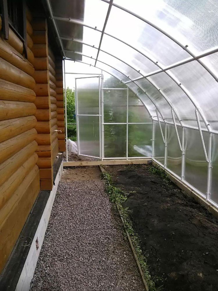 Удобно отапливать и пристенные теплицы, но имейте в виду, для хорошего урожая необходимо обеспечить запас тепла в грунте.