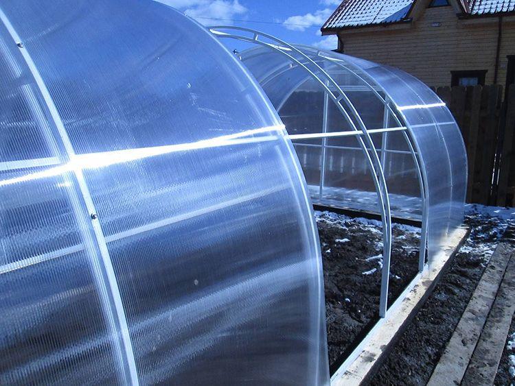 Для монтажа теплиц лучше всего подходят листы сотового поликарбоната, они более крепкие и за счет прослойки лучше удерживают тепло.