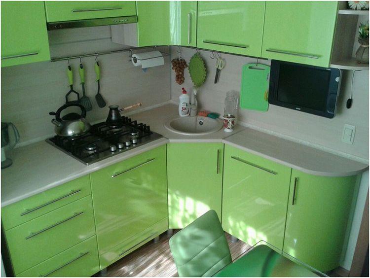 Фото дизайна зеленой кухни 5 м² в «хрущёвке»