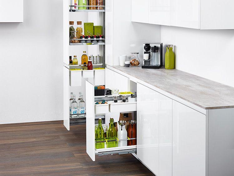 В кухонной бутылочнице можно хранить практически всё: от специй до кастрюль и противней