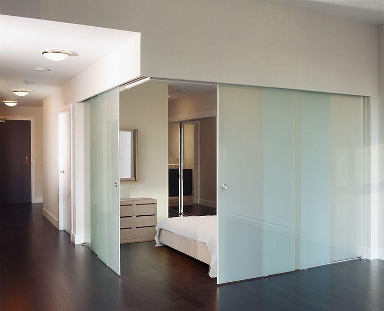 Матовая перегородка, отделяющая спальню от остальной квартиры, позволит создать уютный уголок уединения
