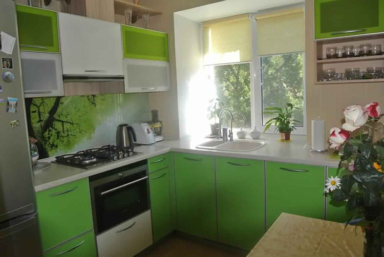 Рулонные шторы на окнах маленькой кухни