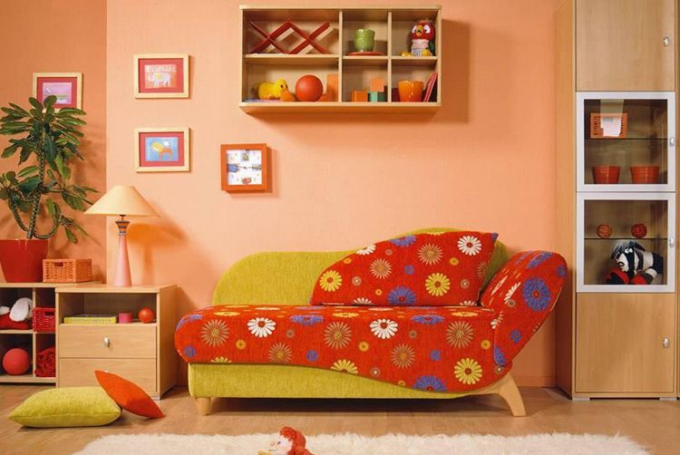 Маленький диванчик в детскую комнату