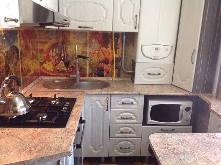 Газовая колонка, которая по стилю подходит к кухонному гарнитуру