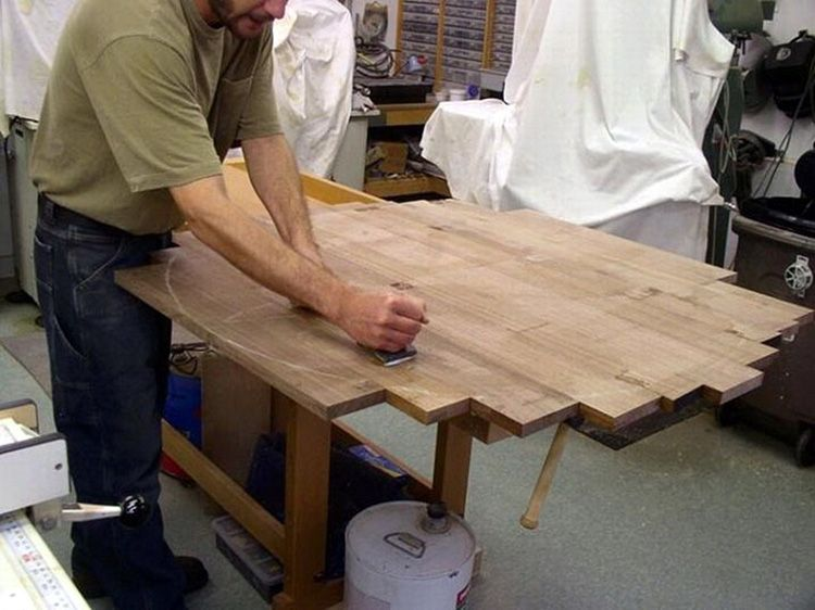 Неплохой вариант сделать столешницу из старых досок от поддона