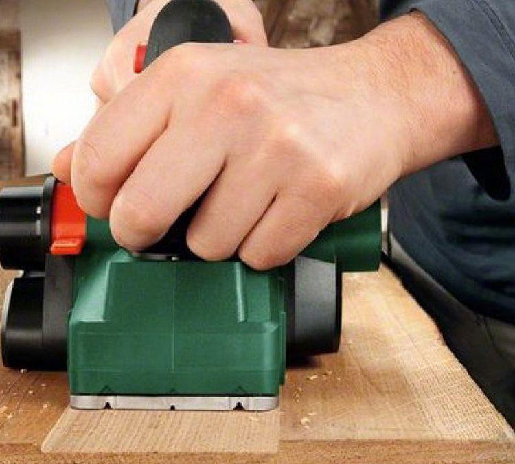 С электрорубанком гораздо легче добиться ровной поверхности