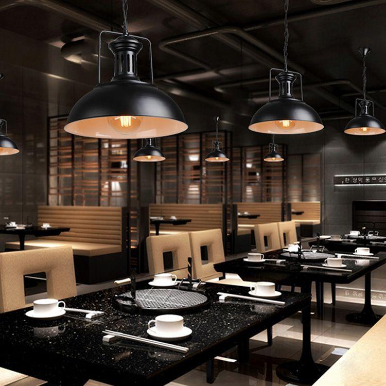 Осветительные приборы, стилизованные под промышленные светильники, широко используются для создания интерьеров баров, кафе и клубов