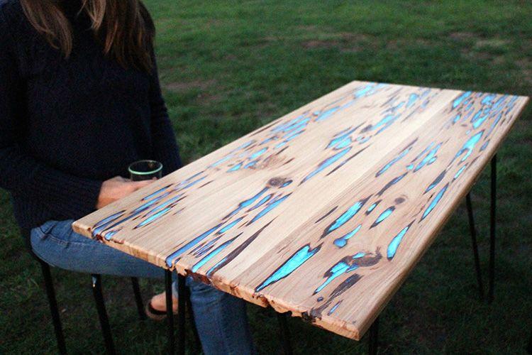 Даже из старой древесины с дефектами при помощи эпоксидной смолы можно сделать шикарную столешницу