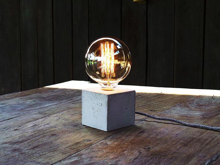 Настольный дизайнерский светильник в стиле лофт из бетона и лампы Эдисона
