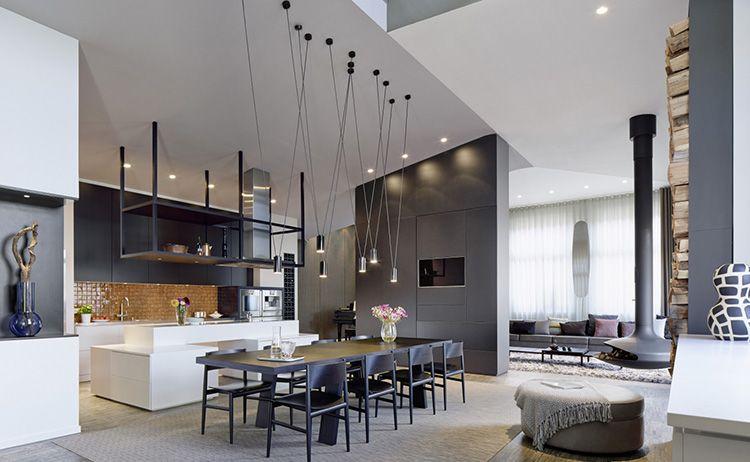 Система освещения в гостиной, совмещенной с кухней в квартире-студии
