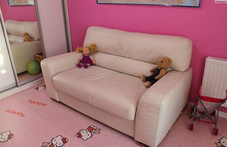 Маленький детский диванчик с кожаной обивкой