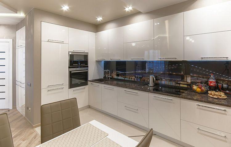 Кухня с глянцевым фасадом смотрится очень современно.