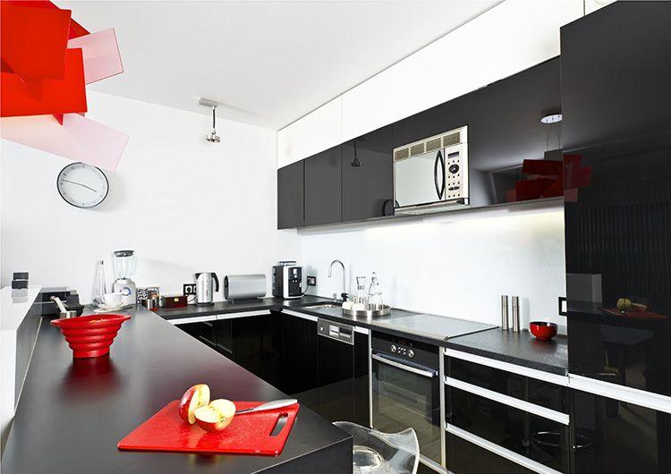 Ярко-красная посуда в сочетании со светильником создаёт уникальный стиль интерьера.