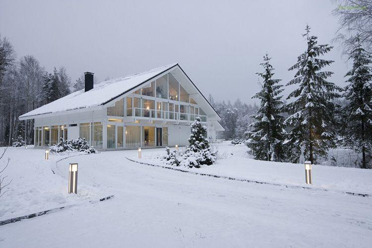 Технология использования многослойных стеклопакетов делает эти дома теплыми даже в наши зимы