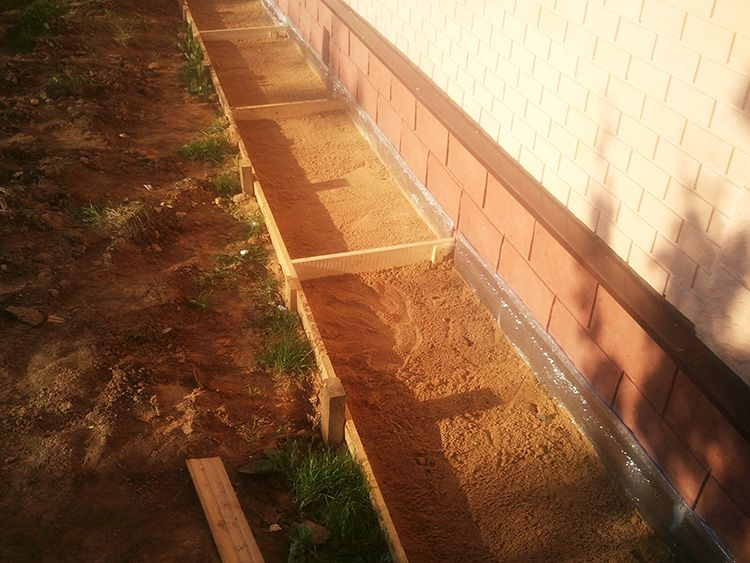 После – засыпьте слой песка и гравия примерно на 10 см