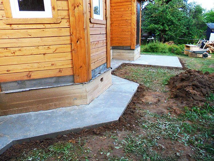 Бетонная или асфальтовая полоса вокруг дома защитит здание от подтопления подвала, повреждения фундамента, проникновения грибка и плесени, деформации всей конструкции