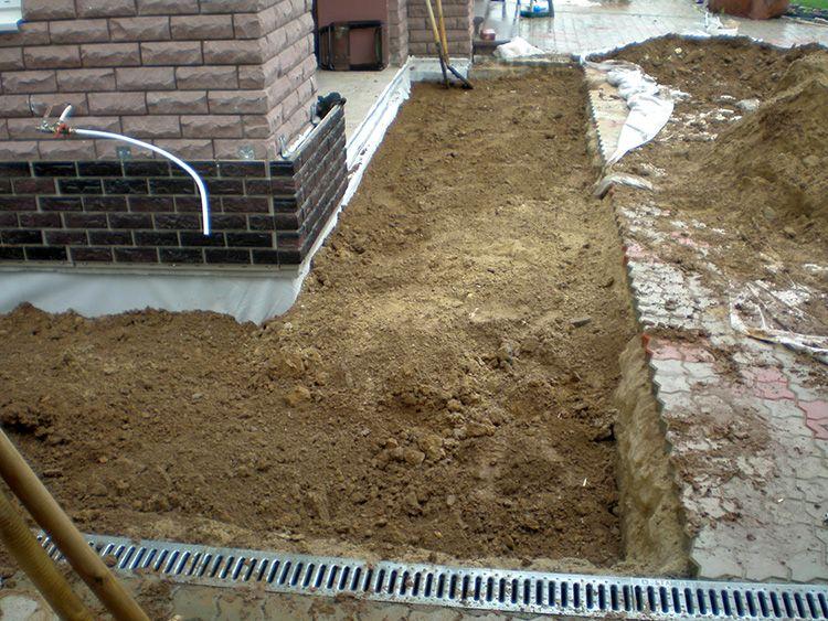 Сделать подобную гидрозащиту очень просто, причем можно использовать глину непосредственно со своего участка