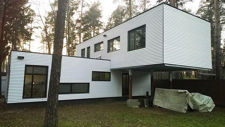 Двухэтажный дом, построенный из 40 футовых контейнеров, построенный в Московской области