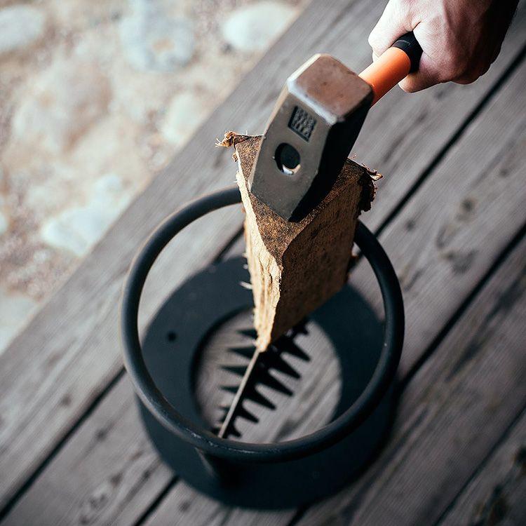 Полено в таком устройстве вставляется в металлическое кольцо, а сверху необходимо только ударить молотком или кувалдой