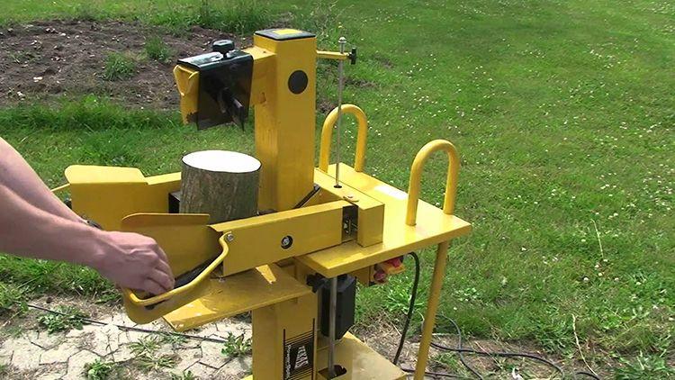 К такому станку должен быть удобный подход, такой, чтобы оператор не только мог свободно перемещаться, но и проносить поленья и колотые дрова