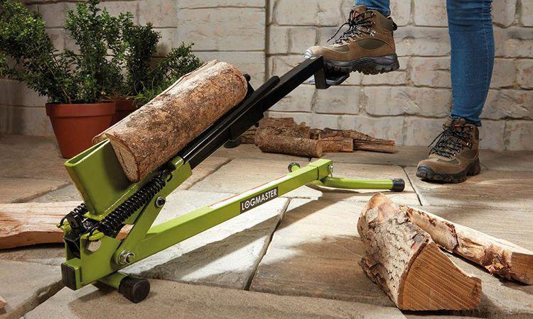 Колоть дрова с таким компактным станком вы можете на веранде дома, в саду или даже в комнате. Главное – найти ровную поверхность для установки колуна