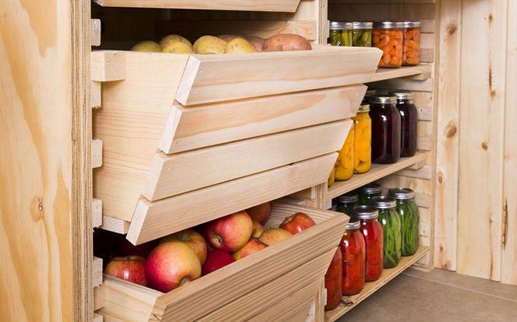 Конструкция и размер полок в овощехранилище зависят от объема хранящихся в нем продуктов, размеров погреба, а также наличия строительных материалов и фантазии изготовителя