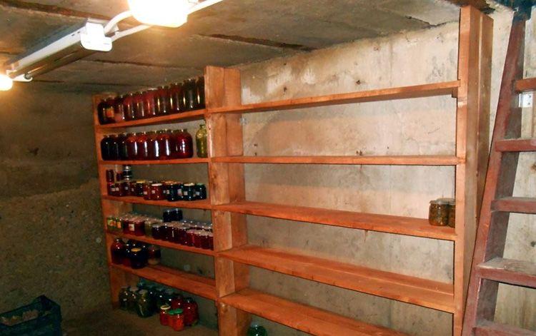 Деревянный стеллаж для хранения банок и прочих емкостей