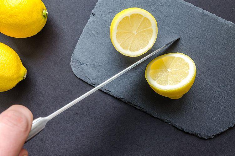 Можно использовать натуральный лимонный сок для чистки ножа