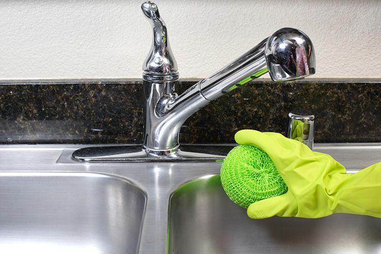 Сода – безопасный состав для чистки металлических деталей в ванной
