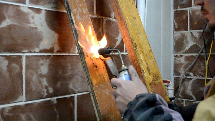 Вы рискуете не увидеть под потемневшей от огня поверхностью «выжившие» пятна и после покраски они снова проявятся