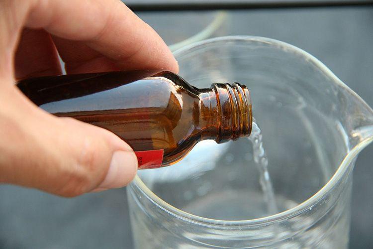 Если не убрать кислоту с металла нашатырем – можно безнадежно повредить изделие Процедура такова: деталь погружают в пятипроцентный раствор кислоты до исчезновения пятна, а затем прополаскивают в растворе нашатыря (на литр воды – 500 мг).
