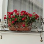 Полезные мелочи: корзины и схемы навесов на окна в квартирах без балкона