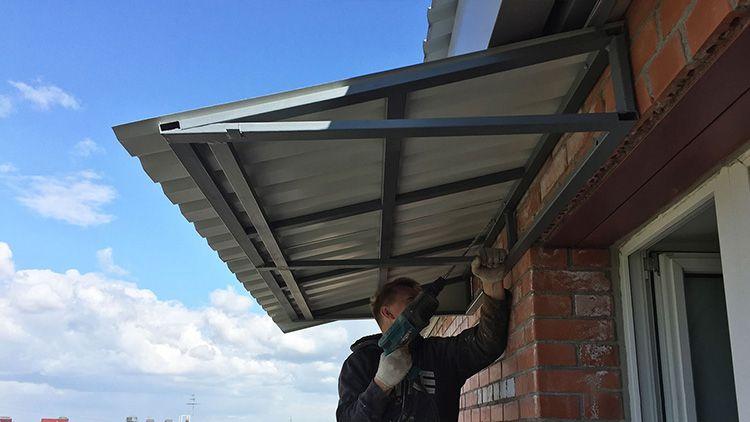 Не старайтесь сделать уклон таким же, как у крыши. Его нужно сделать меньше, это и выглядеть будет лучше и защитит ваши стены от дождевых брызг