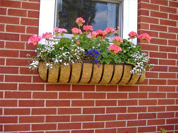 В неё вы сможете установить цветочный кашпо и посадить петунью, фиалки или другие цветы