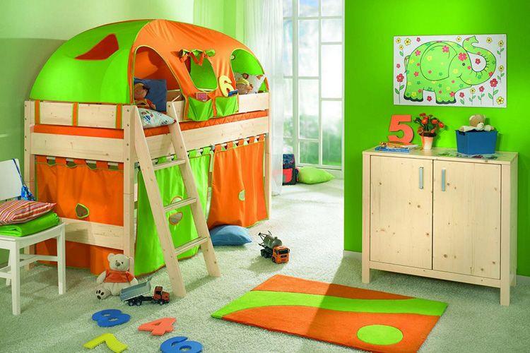 Для маленьких сорванцов можно выбрать не просто кровать, а туристическую палатку с кучей разных игрушек – тогда проблем со сном у вас не будет!