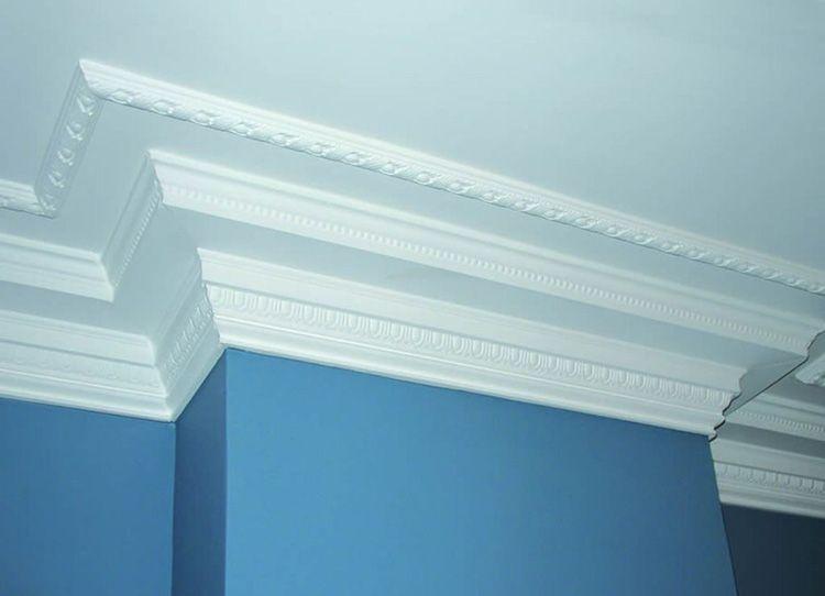 Бюджетное решение для оформления потолка: учимся правильно клеить потолочный плинтус из полиуретана