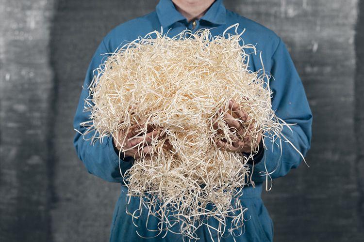 Из пластиковых мешков фибру следует достать и просеять