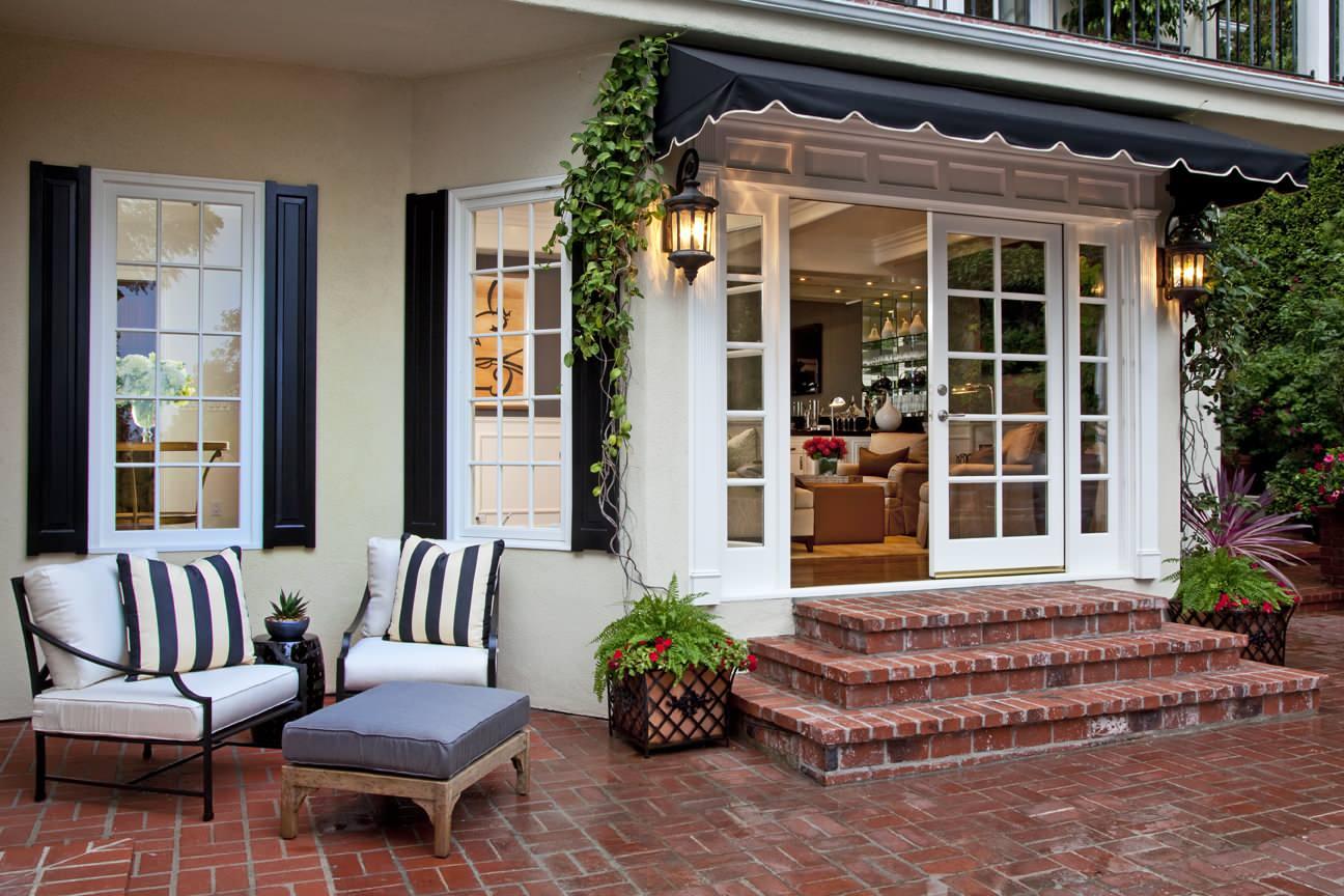 Да, удобно, что гостиная и кухня будут на отдельном этаже, но зато в одноэтажном строении вы сможете сделать несколько выходов в сад