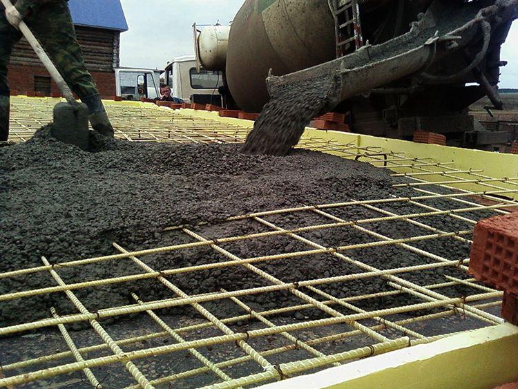 Устойчивость к различным агрессивным средам – это плюс, хотя многие могут начать спорить о том, что металл, утопленный в бетонную заливку, не подвергается никакому внешнему воздействию